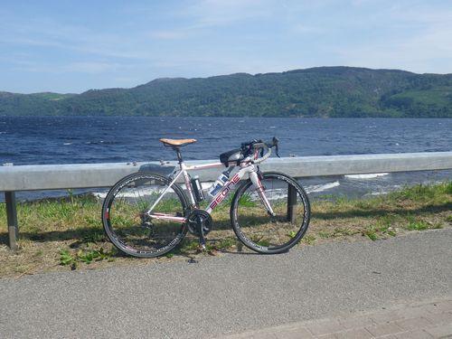 ネス湖湖畔をサイクリング